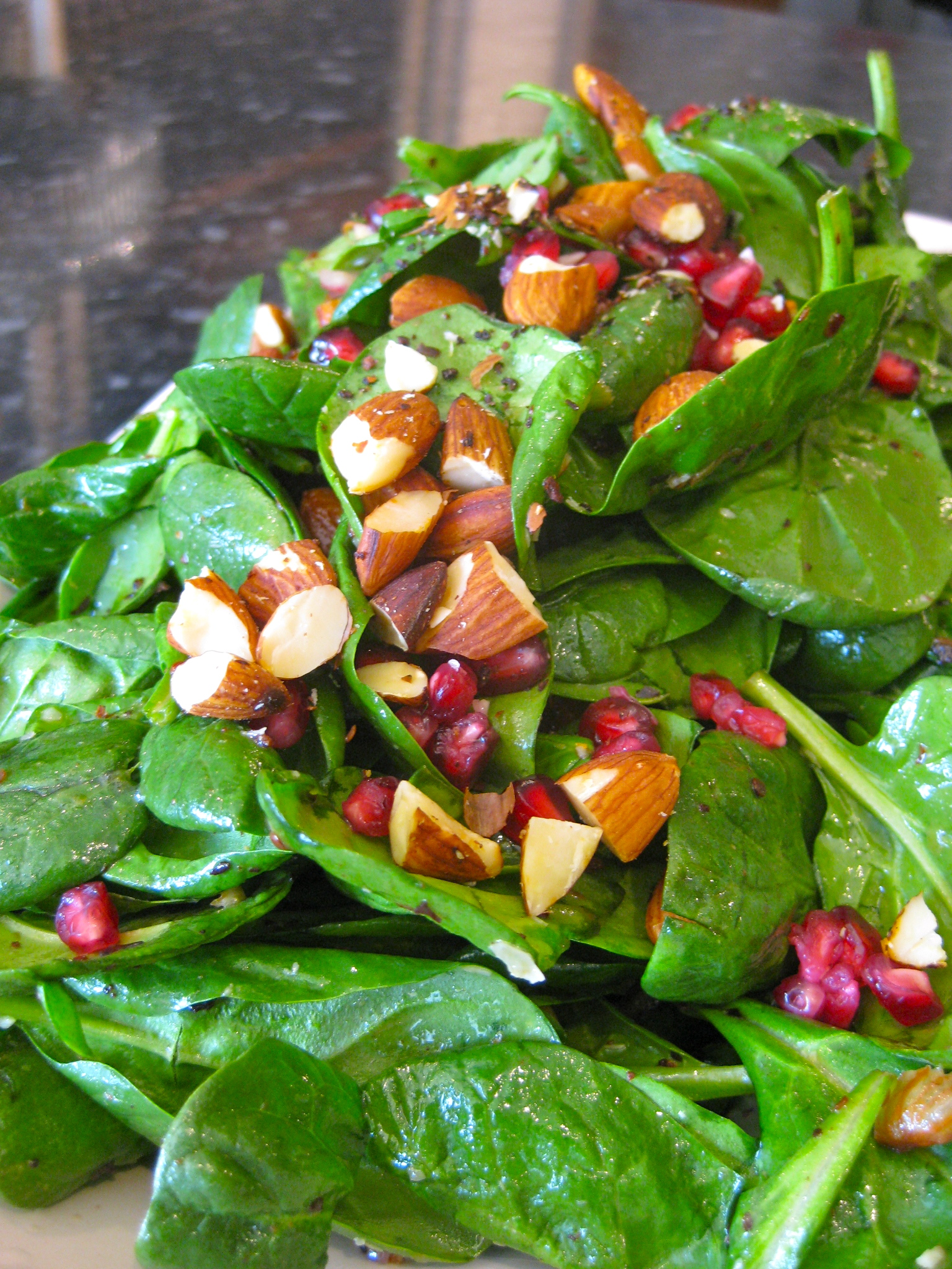 Date, toasted almond and spinachsalad